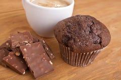 Słodka bułeczka, czekolada i kawa, Zdjęcia Royalty Free