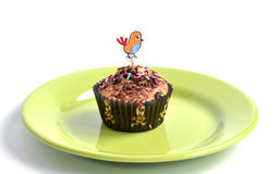 Słodka bułeczka dla dzieciaków bawi się z kurnym obrazkiem przy wierzchołkiem Obraz Stock