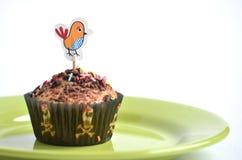 Słodka bułeczka dla dzieciaków bawi się z kurnym obrazkiem przy wierzchołkiem Fotografia Royalty Free