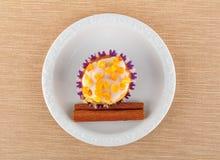 Słodka bułeczka na białym talerzu Obrazy Stock