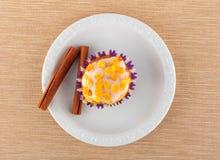 Słodka bułeczka na białym talerzu Zdjęcie Stock