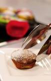 Słodka bułeczka na talerzu z mennicą i Succade Fotografia Stock