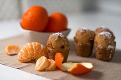 Słodka bułeczka z mandarynką i rodzynkami Zdjęcie Stock