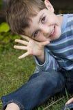 Słodka chłopiec roześmiana i uśmiechnięta Obraz Royalty Free