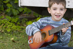 Słodka chłopiec roześmiana i uśmiechnięta Fotografia Royalty Free