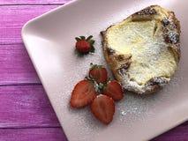 Słodka curd sera kieszeń z cukierki, świeże truskawki na drewnianym tle fotografia stock