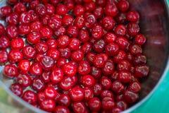 Słodka czerwona wiśnia w pucharze na stole Zdjęcie Royalty Free