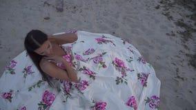 Słodka dama w długiej wieczór sukni zdjęcie wideo