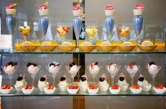Słodka deserowa przekąska i tort wykładamy w karmowym bufecie zdjęcie stock