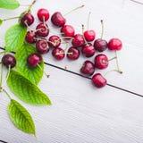 Słodka dojrzała wiśnia z liściem Zdjęcie Stock