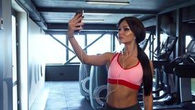 Słodka dziewczyna robi selfie na tle gym zbiory