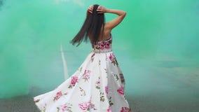 Słodka dziewczyna w dłudzy smokingowi spacery w koloru dymu zbiory