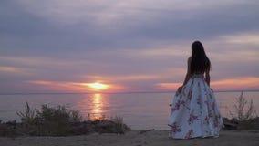 Słodka dziewczyna w długiej wieczór sukni rzeką zbiory wideo
