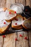 Słodka Francuska grzanka z sproszkowanym cukierem i cranberries zakończeniem obrazy stock