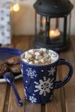 Słodka gorąca czekolada z marshmallows w filiżance przy drewnianym tłem obrazy stock