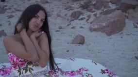 Słodka kobieta w długiej wieczór sukni zdjęcie wideo