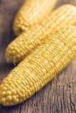 Słodka kukurudza na drewnianym stole Obraz Royalty Free