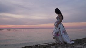 Słodka młoda dziewczyna w długiej sukni rzeką zbiory