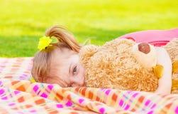 Mała dziewczynka z miękkiej części zabawką Zdjęcie Royalty Free