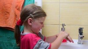 Słodka mała dziewczynka myje jej ręki w łazience Preschool pojęcie, dzieciństwa pojęcie Śliczna dziewczyna jest ubranym nightdres zdjęcie wideo