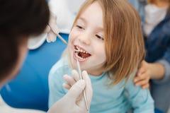 Słodka mała dziewczynka ono uśmiecha się przy jej lekarką zdjęcia stock