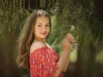 Słodka mała dziewczynka outdoors z kędzierzawym włosy w wiatrze Zdjęcia Royalty Free