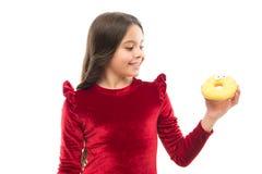 Słodka obsesja Szczęśliwe dzieciństwa i cukierki fundy Łamanie diety pojęcie Dziewczyna chwyta pączka bielu słodki tło kochanie zdjęcia royalty free