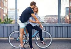 Słodka potomstwo para na bicyklu przy ulicą zdjęcie stock
