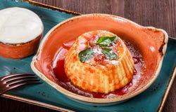 Słodka serowa potrawka z dżemem na ciemnym drewnianym tle zamkniętym w górę Gorący i zdrowy śniadanie fotografia stock