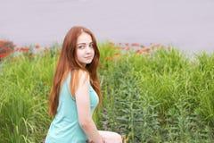 Słodka uśmiechnięta dziewczyna w nowej koszula fotografia stock