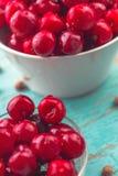 Słodka wiśnia w pucharze na wieśniaka stole Fotografia Royalty Free