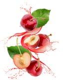 Słodka wiśnia w soku pluśnięciu odizolowywającym na białym tle Fotografia Stock