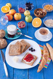 Słodki śniadanie na błękitnym drewnianym stole Zdjęcia Royalty Free