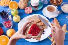 Słodki śniadanie na błękitnym drewnianym stole Zdjęcia Stock