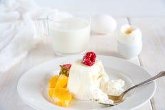 Słodki śniadanie z lody i jagody zamykamy up Zdjęcia Stock