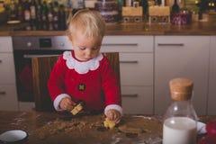 Słodki berbecia dziecko, chłopiec, pomaga mamusi narządzania bożych narodzeń kucharz obraz stock
