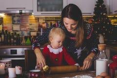 Słodki berbecia dziecko, chłopiec, pomaga mamusi narządzania bożych narodzeń kucharz fotografia royalty free