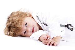 Słodki chłopiec lying on the beach na podłoga obrazy royalty free