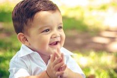 Słodki chłopiec obsiadanie w jesień parku obrazy royalty free