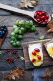 Słodki chleb z czerwoną jagodą, miód, masło, masło i czarna jagoda, przyskrzyniamy Smakowity chleb z dżemem Słodka kanapka, jedze Zdjęcia Royalty Free