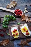 Słodki chleb z czerwoną jagodą, miód, masło, masło i czarna jagoda, przyskrzyniamy Smakowity chleb z dżemem Słodka kanapka, jedze Obraz Royalty Free