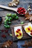 Słodki chleb z czerwoną jagodą, miód, masło, masło i czarna jagoda, przyskrzyniamy Smakowity chleb z dżemem Słodka kanapka, jedze Obraz Stock