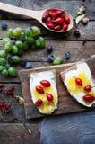 Słodki chleb z czerwoną jagodą, miód, masło, masło i czarna jagoda, przyskrzyniamy Smakowity chleb z dżemem Słodka kanapka, jedze Obrazy Royalty Free