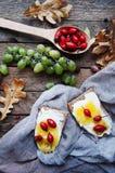 Słodki chleb z czerwoną jagodą, miód, masło, masło i czarna jagoda, przyskrzyniamy Smakowity chleb z dżemem Słodka kanapka, jedze Zdjęcia Stock
