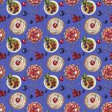 Słodki deser, babeczka, creme brulee z świeżymi jagodami na błękitnym, bezszwowym akwarela wzorze, ilustracja wektor