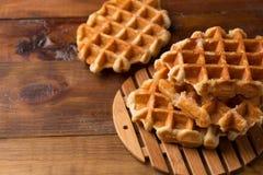 słodki deser Wiedeński gofra zakończenie na drewnianym tle obraz stock