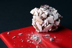 słodki deser Wyśmienicie beza na czerwonym talerzu, czarny tło Fotografia Stock