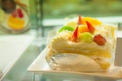 Słodki deser: Wyśmienicie Tropikalny Sezonowy owoc tort z miękką białą śmietanką obraz stock