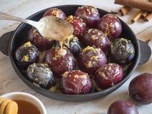 Słodki deser z śliwką Wypiekowe śliwki w słodkim kumberlandzie zdjęcia stock