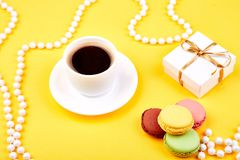 Słodki Deserowy macaroon, kawa, prezenty fotografia royalty free